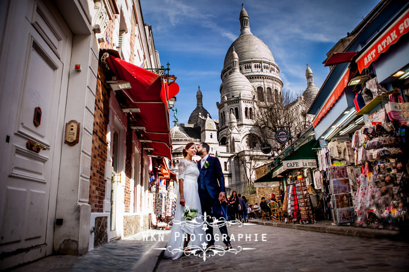 Photos de couple à Montmartre au pied du Sacre Coeur
