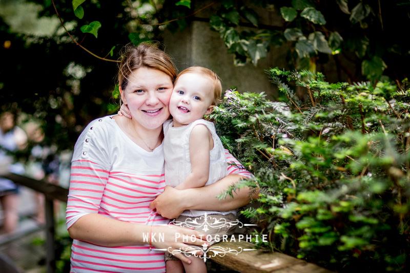 Photographe de maternité à Paris - séance photo en famille dans un parc à Paris