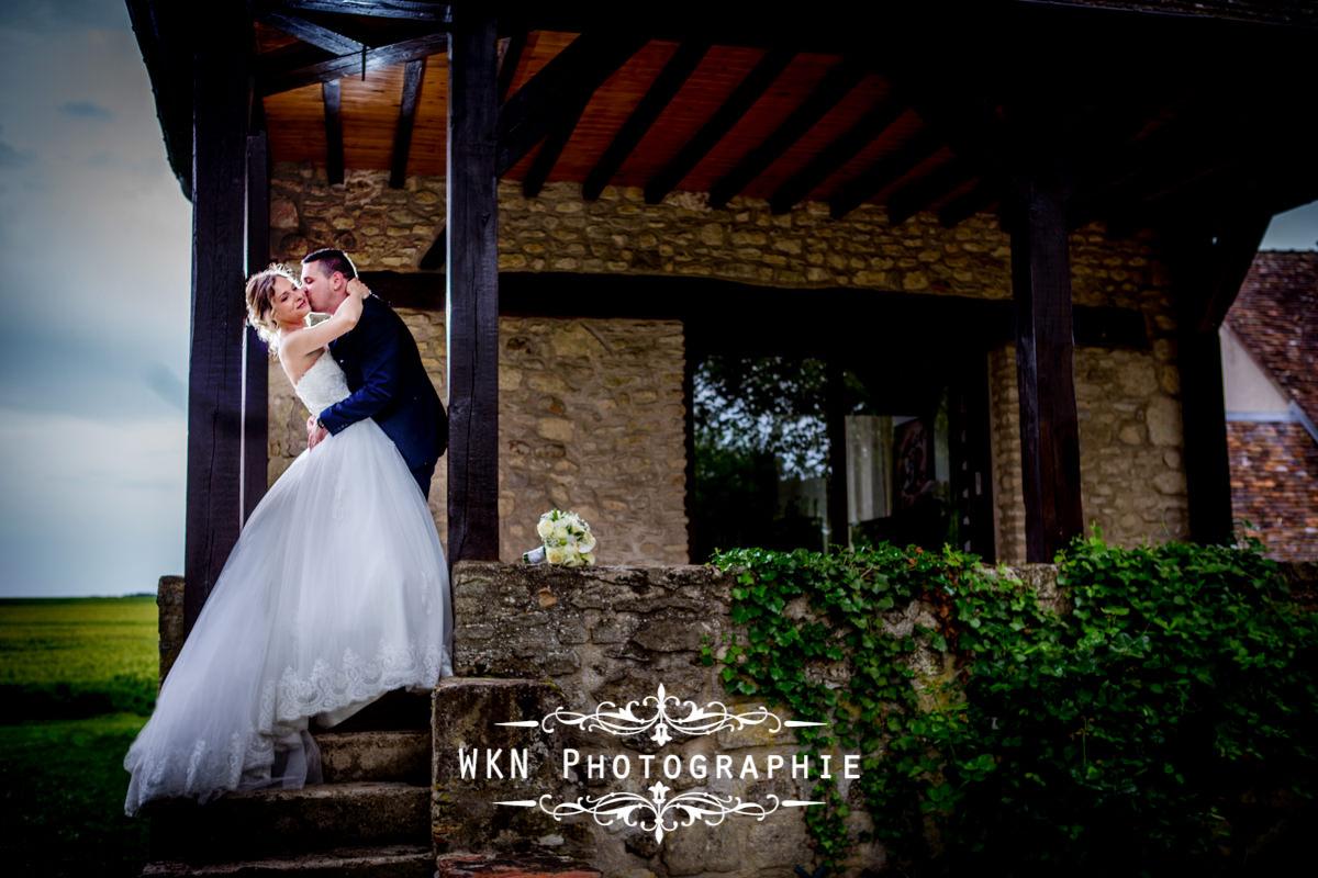 Photographe de mariage à Paris - les photos de couple au Domaine de Velanne-le-Bois