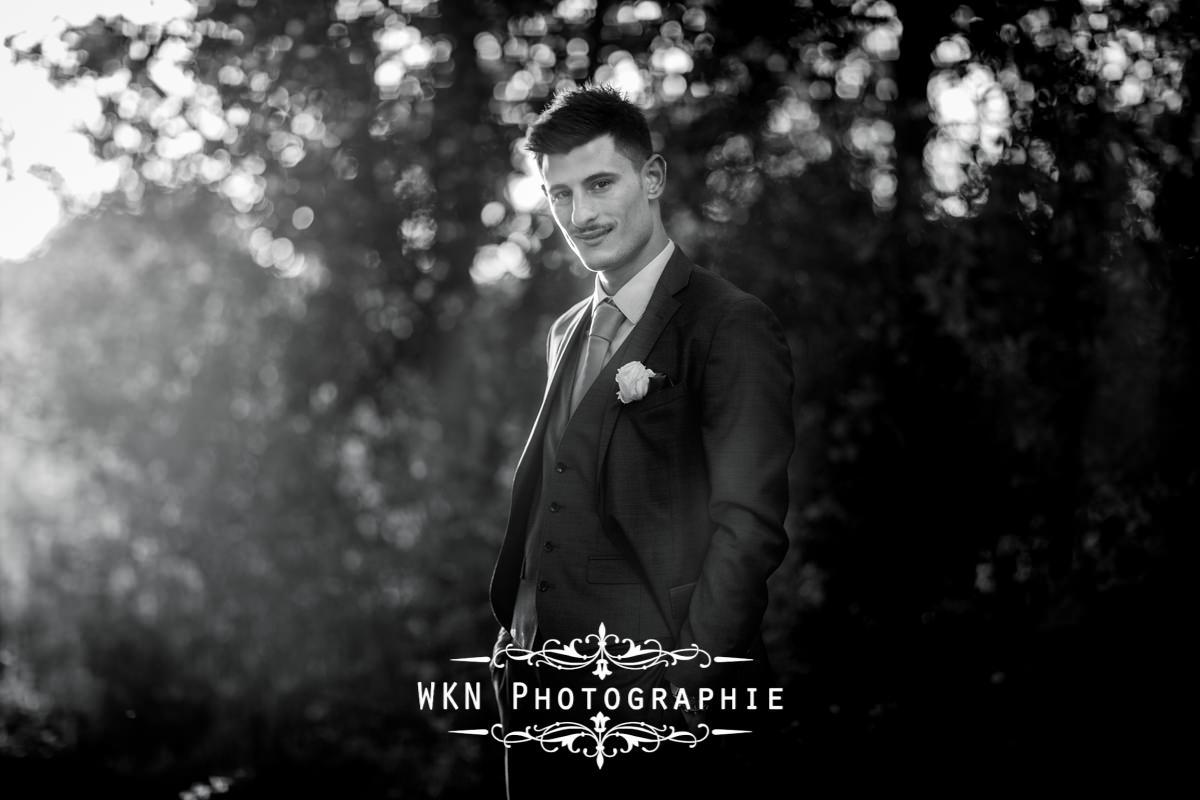 Photographe de mariage à Paris - photos de couple dans les jardins de la Vallee aux Pages